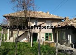 Продава се къща на два етажа  в село Садина